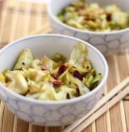 Kínai wokos káposzta goji bogyóval, fekete szezámmal